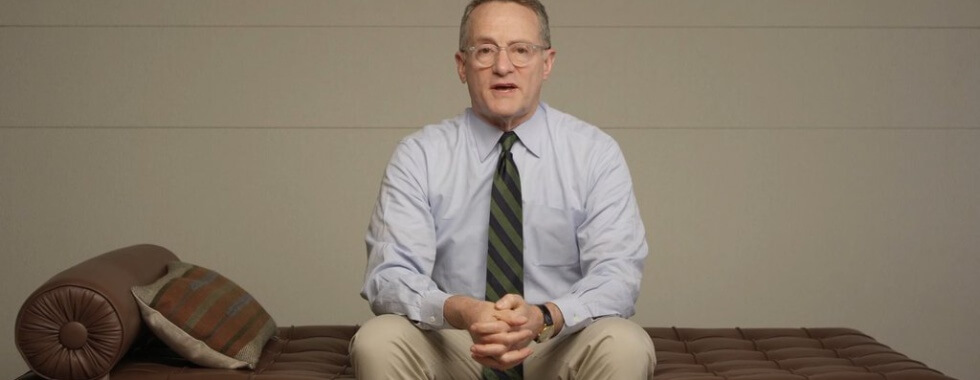 image of Howard Marks sitting on a couch
